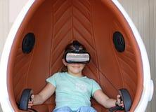 Liten flicka med virtuell verklighethörlurar med mikrofon Royaltyfri Fotografi