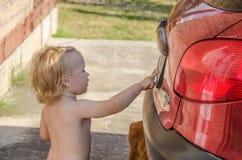 Liten flicka nära bilen Royaltyfri Fotografi