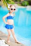 Liten flicka nära simbassäng Arkivbild