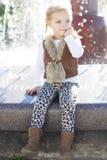 Liten flicka nära springbrunnen, hösttid Royaltyfria Foton