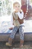 Liten flicka nära springbrunnen, hösttid Royaltyfri Foto