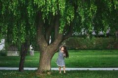 Liten flicka nära trädet Arkivbilder