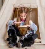 Liten flicka nära vigvammet som spelar indiern Royaltyfri Fotografi