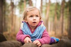 Liten flicka observera naturen Arkivfoton
