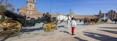 Liten flicka observera plazaen de Espana Arkivbild