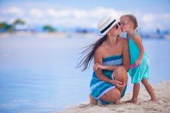 Liten flicka och barnmoder under strandsemester Arkivbilder