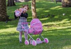 Liten flicka och dockor Arkivfoto