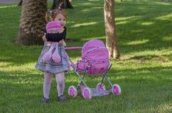 Liten flicka och dockor Arkivbild