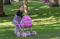 Liten flicka och dockor Royaltyfria Foton