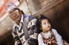 Liten flicka och fader i Katmandu arkivbilder