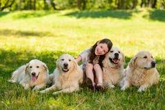 Liten flicka och fyra hundkapplöpning royaltyfria bilder
