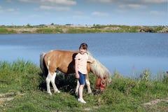 Liten flicka och häst Royaltyfria Bilder