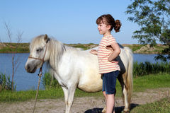 Liten flicka och häst Royaltyfri Bild