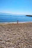 Liten flicka och havet royaltyfria foton