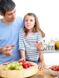 Liten flicka och henne fader som har frukosten Arkivfoto