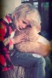 Liten flicka och henne katt Arkivbild