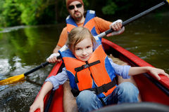 Liten flicka och hennes fader på en kajak Royaltyfri Fotografi