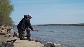 Liten flicka och hennes farfar som tillsammans fiskar arkivfilmer