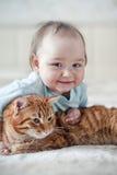 Liten flicka och katt Fotografering för Bildbyråer