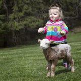 liten flicka och lamm fotografering för bildbyråer