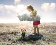 Liten flicka och moln royaltyfri fotografi