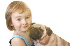 Liten flicka och Mops-hunden på en vit bakgrund royaltyfria bilder