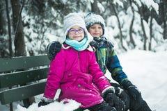 Liten flicka och pojke i vintersäsong Royaltyfri Fotografi