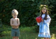 Liten flicka och pojke med bollen Royaltyfria Bilder