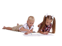 Liten flicka- och pojketeckning med blyertspennor som isoleras på en vit bakgrund Ungt syskon som får klart till skolabegreppet royaltyfria bilder