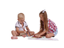 Liten flicka- och pojketeckning med blyertspennor som isoleras på en vit bakgrund Ungt syskon som får klart till skolabegreppet Royaltyfri Foto