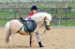 Liten flicka och ponny fotografering för bildbyråer