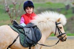 Liten flicka och ponny royaltyfria bilder