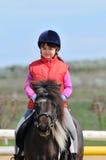 Liten flicka och ponny Arkivfoto