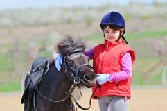 Liten flicka och ponny Royaltyfri Bild