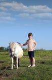 Liten flicka- och ponnyhäst Royaltyfri Foto