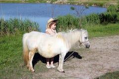 Liten flicka- och ponnyhäst Royaltyfri Bild