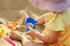 Liten flicka- och sandleksaker Fotografering för Bildbyråer
