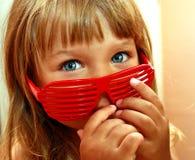 Liten flicka och solglasögon Arkivbild