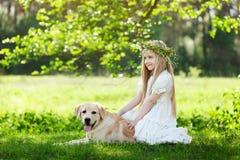 Liten flicka och stor hundbestfriend på naturbakgrund royaltyfria bilder