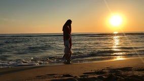 Liten flicka och ung kvinna som promenerar stranden lager videofilmer