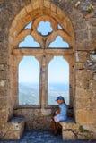 Liten flicka på överkanten av slotten för St Hillarion i norr Cypern royaltyfri foto