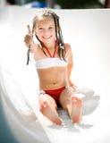 Liten flicka på aquapark Arkivfoton