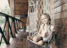 Liten flicka på att vila för sommar Arkivbilder