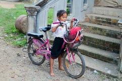 Liten flicka på en cykel. Vang Vieng. Laos. Royaltyfria Foton