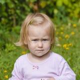 Liten flicka på en grön gräsmatta Royaltyfria Foton