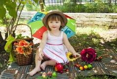 Liten flicka på en picknick Fotografering för Bildbyråer