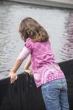 Liten flicka på en springbrunn Royaltyfri Bild