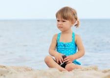 Liten flicka på havet Arkivbild