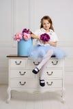 Liten flicka på henne hem Royaltyfri Bild