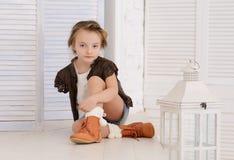 Liten flicka på henne hem Royaltyfria Foton
